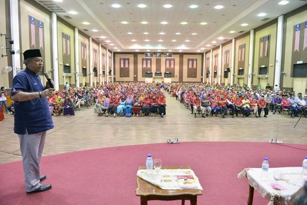Ketua Penerangan UMNO Tan Sri Annuar Musa berucap pada majlis Himpunan Jentera Penerangan UMNO Kedah yang diadakan di Dewan Sri Mentaloon hari ini.  Foto-MediaUMNO
